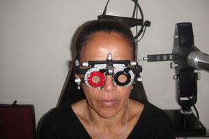 d5cbefa04d Esta disminución de visión de cerca es progresiva, hasta que el paciente es  incapaz de ver con claridad al leer, y por lo tanto, requiere el uso de  anteojos ...